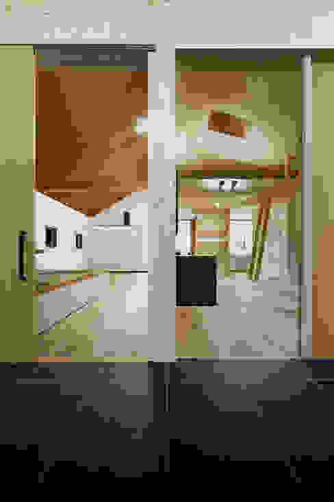 近江八幡の家・インナーテラス: タクタク/クニヤス建築設計が手掛けたリビングです。,モダン