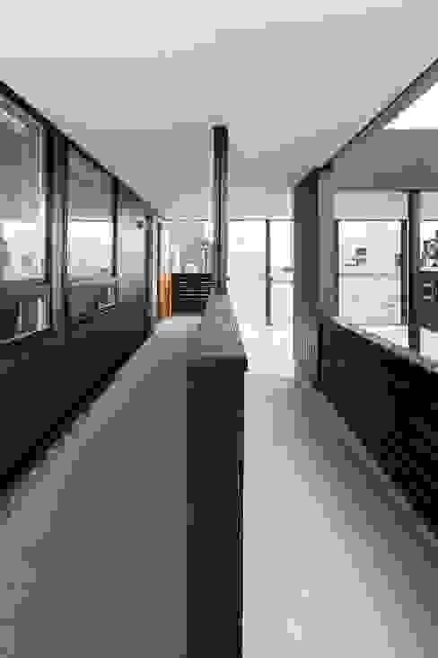 近江八幡の家・スロープ: タクタク/クニヤス建築設計が手掛けた家です。,モダン