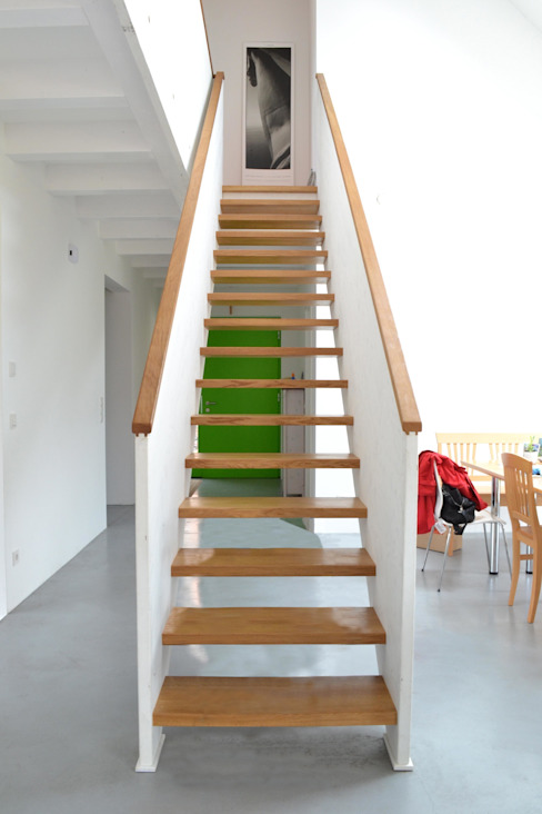 Halle mit Treppe Moderne Esszimmer von arieltecture Gesellschaft von Architekten mbH BDA Modern