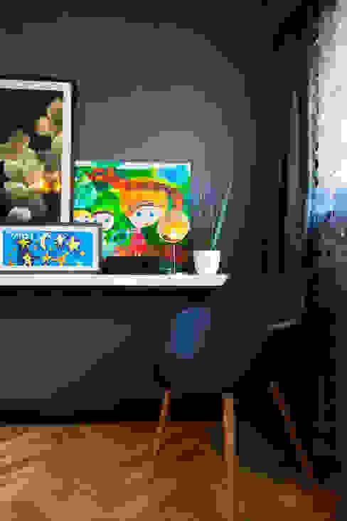 przestronny dom w kolorystyce black&white Skandynawska sypialnia od RedCubeDesign Skandynawski