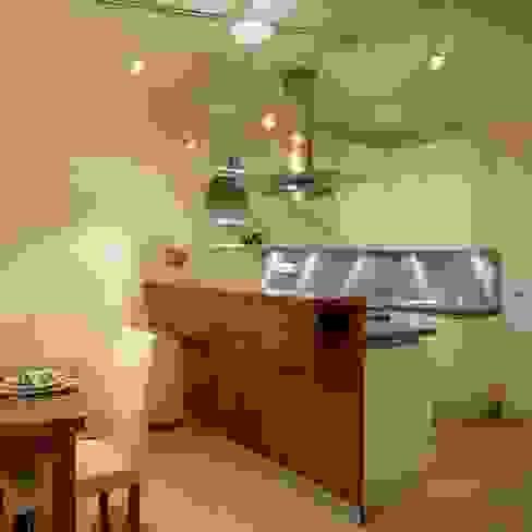 Wohnung im Olympiadorf, München Moderne Küchen von PLANUNG-RAUM-DESIGN Anne Batisweiler Modern