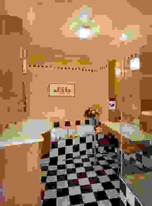 Wohnung im Olympiadorf, München Moderne Badezimmer von PLANUNG-RAUM-DESIGN Anne Batisweiler Modern