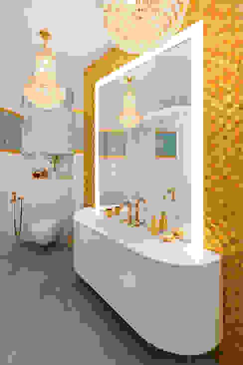 Banheiros ecléticos por Format A5 Fontanka Eclético