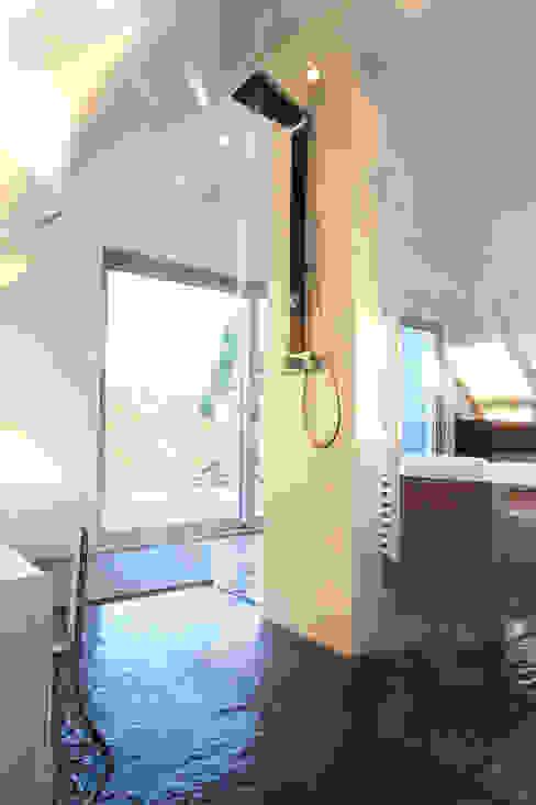 Casas de banho minimalistas por gmyrekarchitekten Minimalista