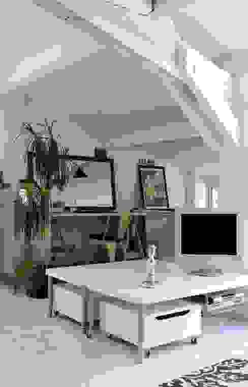 Minimalistyczne domowe biuro i gabinet od Loftsdesign Minimalistyczny