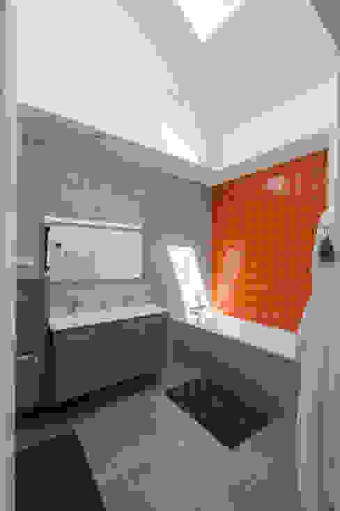 agence MGA architecte DPLGが手掛けた浴室, モダン