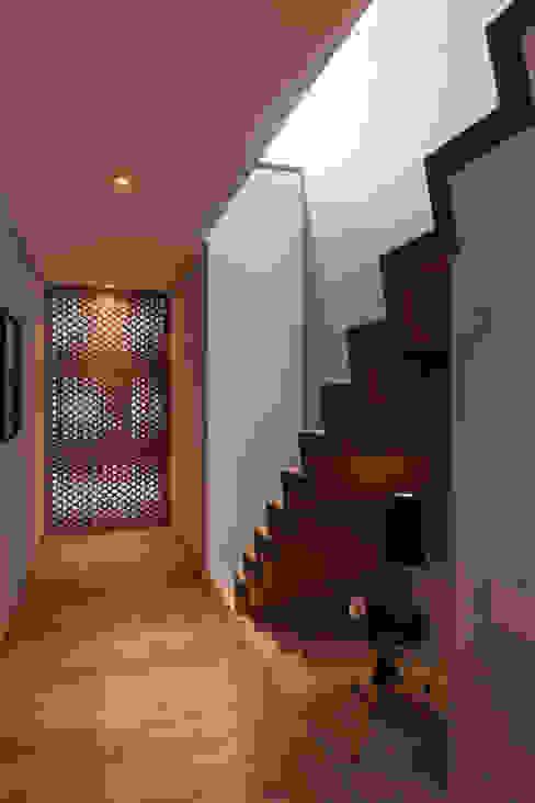 Modern corridor, hallway & stairs by Faci Leboreiro Arquitectura Modern