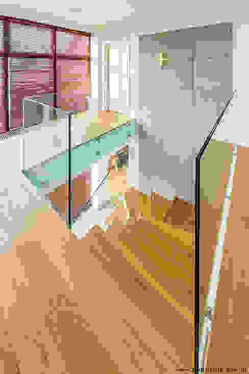 Pasillos, vestíbulos y escaleras modernos de kmb studio Moderno