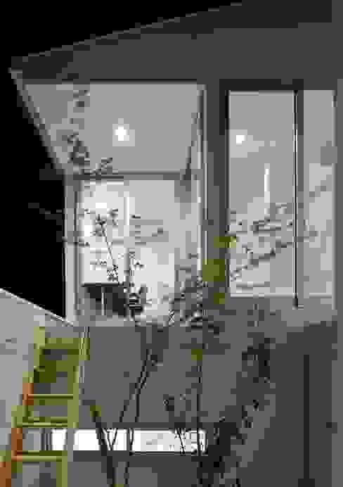 永楽荘の家 - House of Eirakusou: 林泰介建築研究所が手掛けたテラス・ベランダです。,モダン