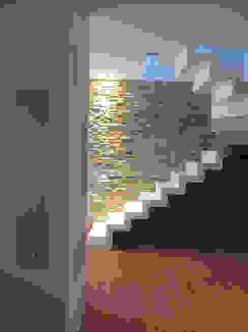 Nowoczesny korytarz, przedpokój i schody od Laura Canonico Architetto Nowoczesny