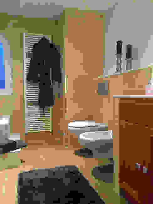 Wunderschönes Meerblick Chalet im maritimen Stil Mediterrane Badezimmer von INSIDE tp Mediterran