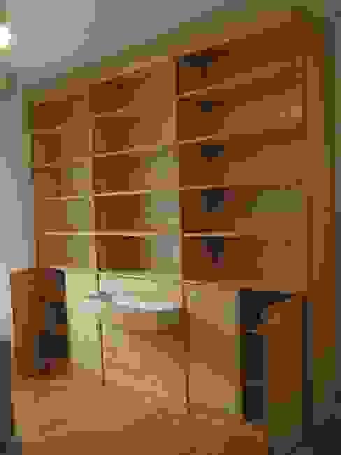 Bibliothèque moderne en frêne par Atelier Etienne bois Moderne