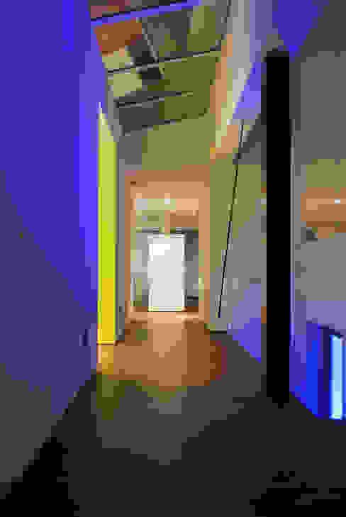 Droomhuis met 'Ambylight':  Gang en hal door Lab32 architecten,