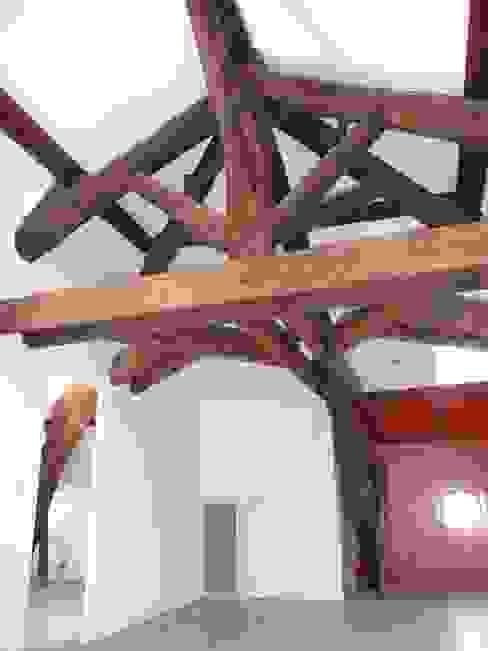 Charpente du 19ème siecle Murs & Sols rustiques par AGENCE D'ARCHITECTURE BRAYER-HUGON Rustique