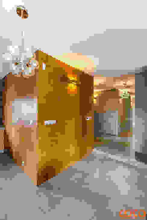 Dom w szarościach COCO Pracownia projektowania wnętrz Minimalistyczny korytarz, przedpokój i schody