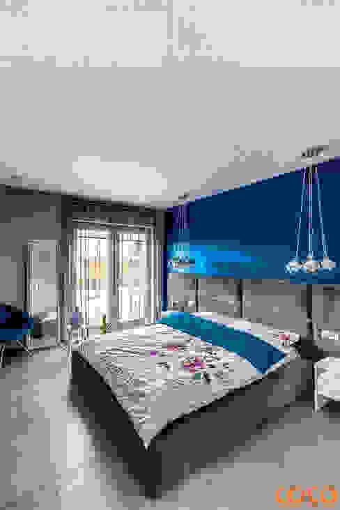 Dom w szarościach COCO Pracownia projektowania wnętrz Minimalistyczna sypialnia
