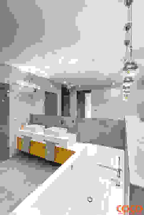 Dom w szarościach: styl , w kategorii Łazienka zaprojektowany przez COCO Pracownia projektowania wnętrz,
