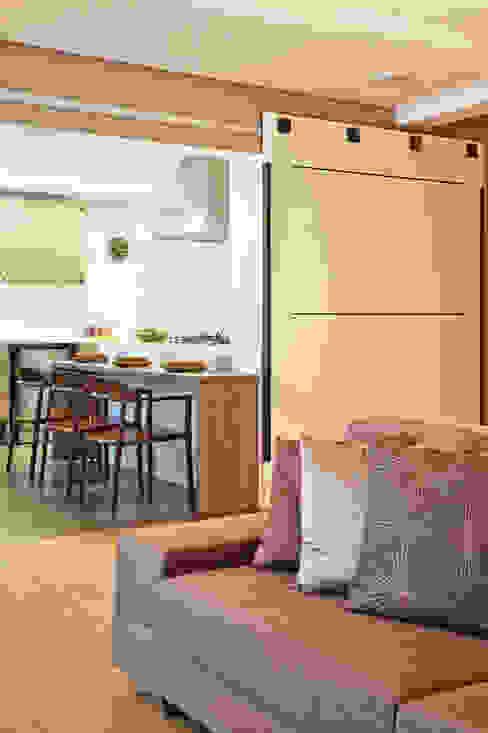 Porta de Correr entre Living e Cozinha Cozinhas modernas por homify Moderno