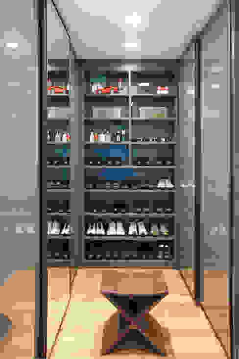 Vestidores y closets de estilo  por homify, Moderno