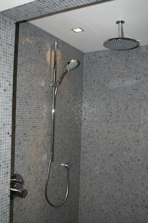Hoofddouche met glijstang en handdouche Moderne badkamers van Bad & Design Modern