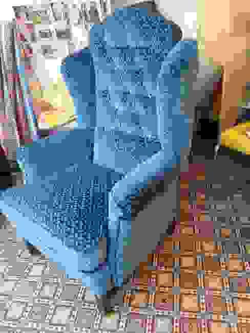 studio zipp: meubelstoffering in zowel klassieke, als moderne vorm:  Woonkamer door studio zipp,