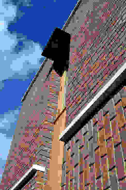 Window and brick bonding detail Casas modernas de Satish Jassal Architects Moderno