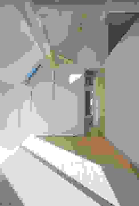 趣味の地下空間をもつコートハウス モダンスタイルの寝室 の 充総合計画 一級建築士事務所 モダン