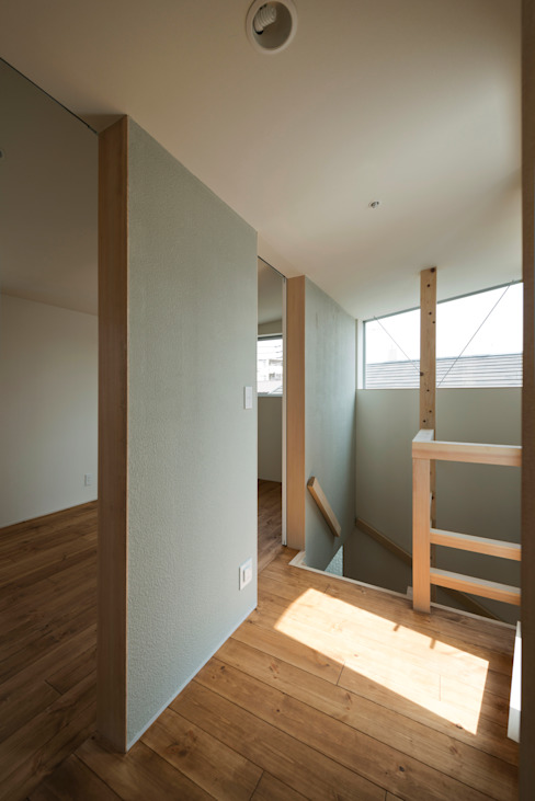 INSERT 充総合計画 一級建築士事務所 モダンスタイルの 玄関&廊下&階段