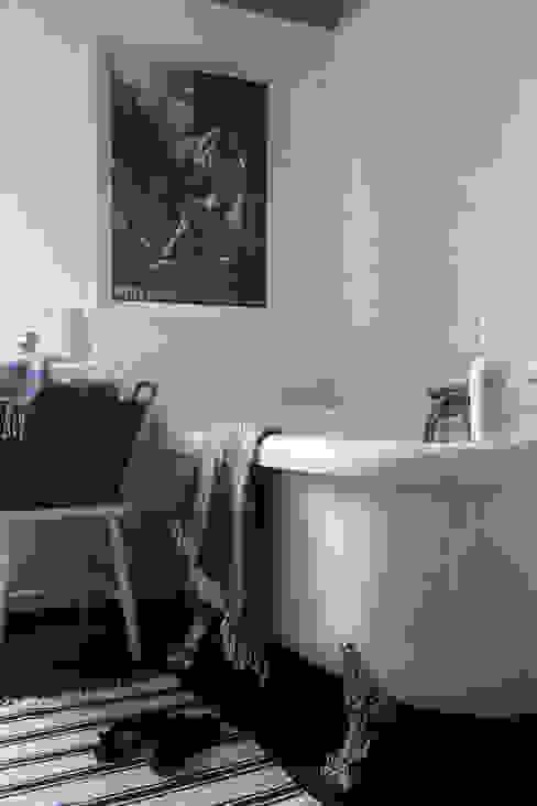 Scandinavian style bathroom by Studio Inaczej Scandinavian