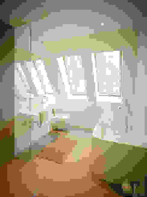 S82 ein modernes Baumhaus Moderne Badezimmer von rundzwei Architekten Modern