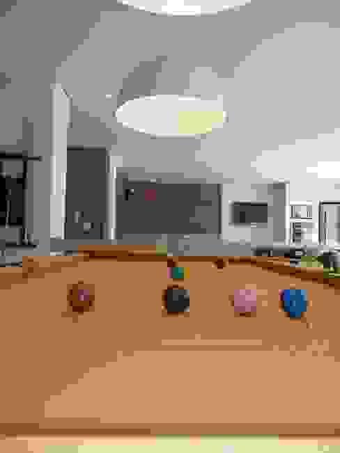 Modern style media rooms by Roesler e Kredens Arquitetura Modern