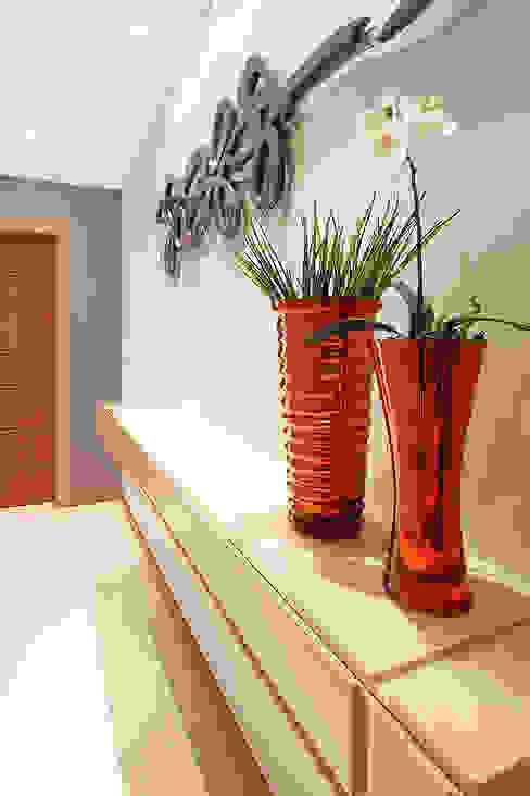 Modern Corridor, Hallway and Staircase by Camila Bruzamolin - arquitetura Modern