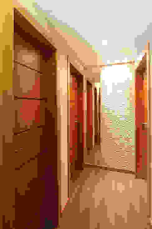 Camila Bruzamolin - arquitetura Modern corridor, hallway & stairs