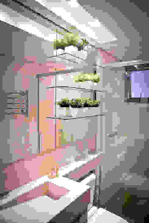 APARTAMENTO GUAÍBA: Banheiro  por Joana & Manoela Arquitetura