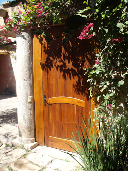 Rustic style windows & doors by CONSTRUCTORA ARQOCE Rustic