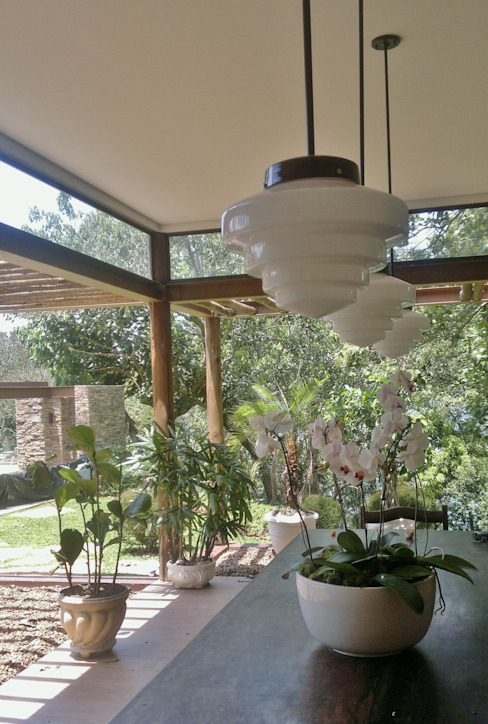 Country style dining room by Kika Prata Arquitetura e Interiores. Country