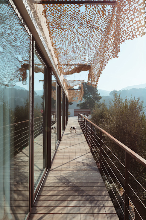 VILLA MACINITA Balcon, Veranda & Terrasse méditerranéens par X-TREM CLEMENT BOIS ARCHITECTE Méditerranéen