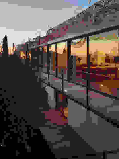 Case moderne di X-TREM CLEMENT BOIS ARCHITECTE Moderno