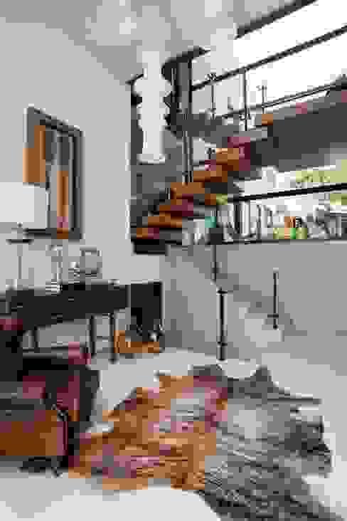 Pasillos, vestíbulos y escaleras modernos de Elmor Arquitetura Moderno