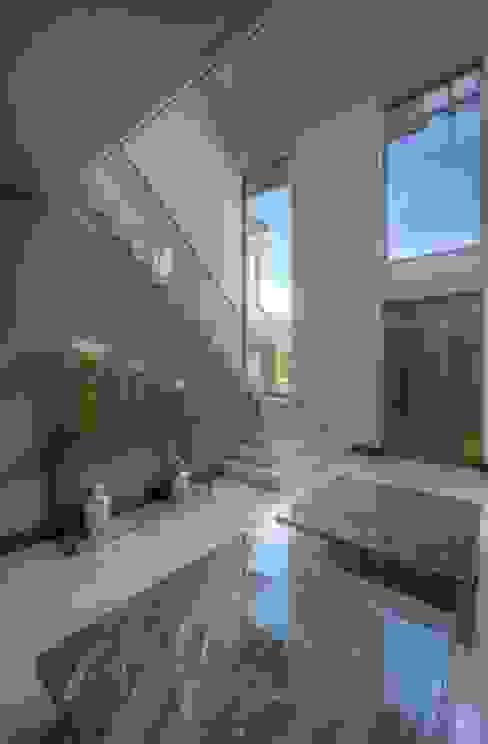 Entrance Modern corridor, hallway & stairs by homify Modern