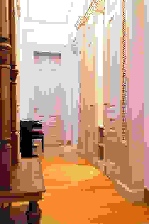 Pasillos, vestíbulos y escaleras clásicas de Anna Buczny PROJEKTOWANIE WNĘTRZ Clásico Madera Acabado en madera