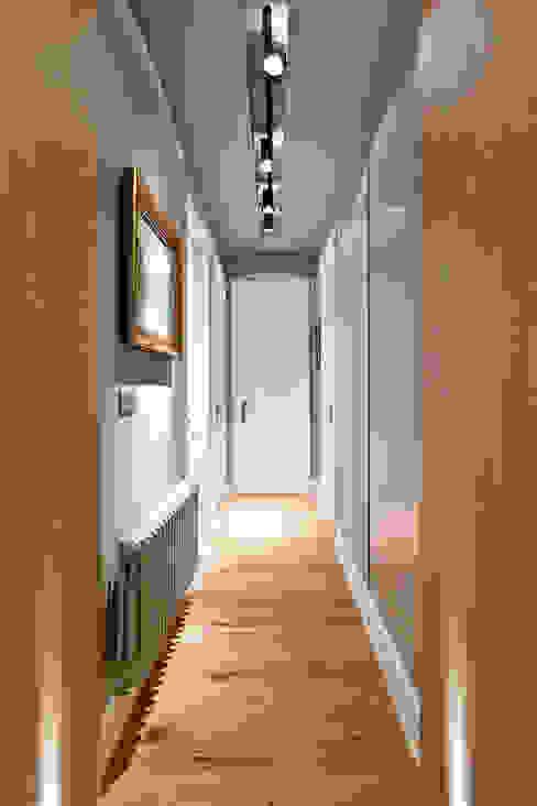 Reforma integral en el centro de Bilbao. Pasillos, vestíbulos y escaleras de estilo moderno de Urbana Interiorismo Moderno
