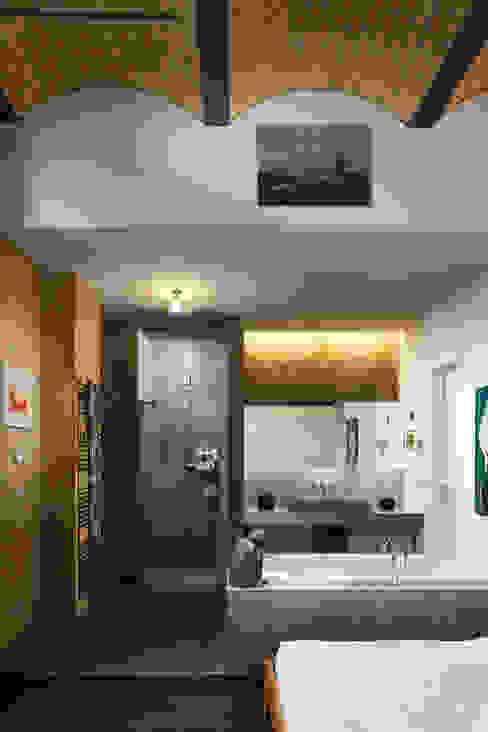 Offener Schlaf- und Badezimmerbereich 16elements GmbH Moderne Badezimmer