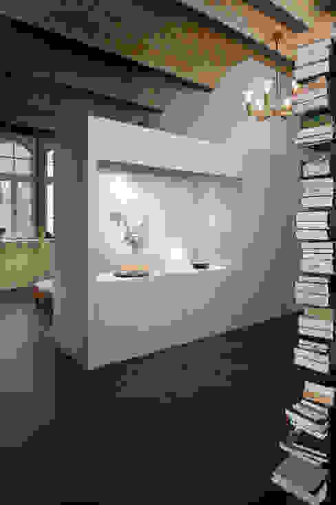 Flur mit Blick auf den Schlafbereich 16elements GmbH Moderner Flur, Diele & Treppenhaus