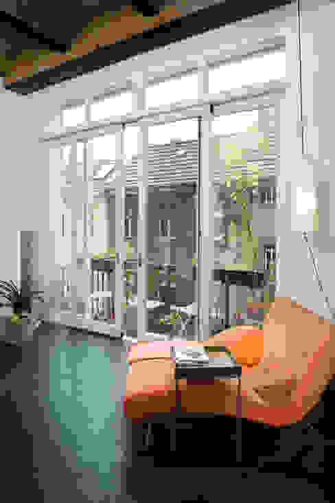 Wohnzimmer mit Blick auf die Nachbarfassade 16elements GmbH Moderne Wohnzimmer