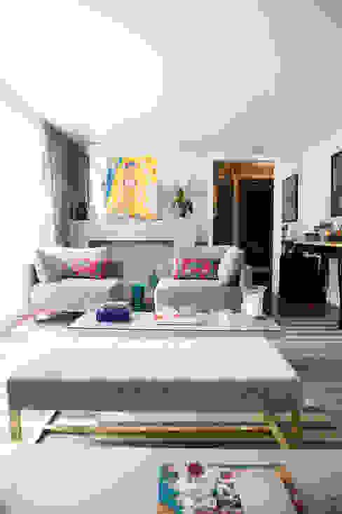 lareira em living : Salas de estar  por Arquitetura Juliana Fabrizzi