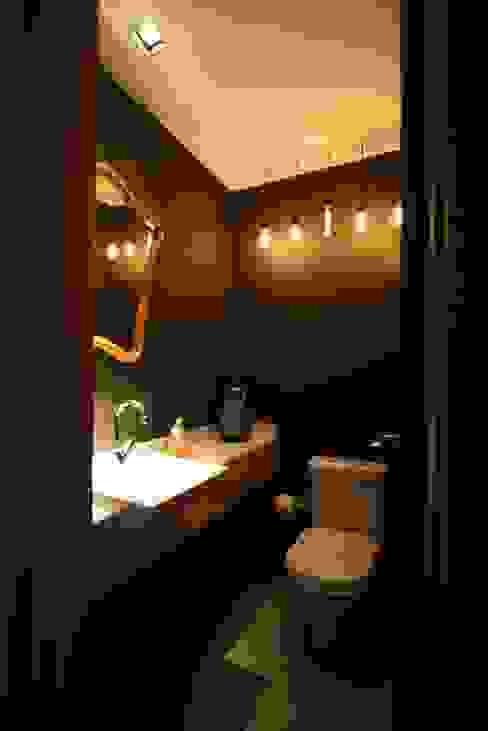 Apartamento LV Banheiros industriais por Tellini Vontobel Arquitetura Industrial