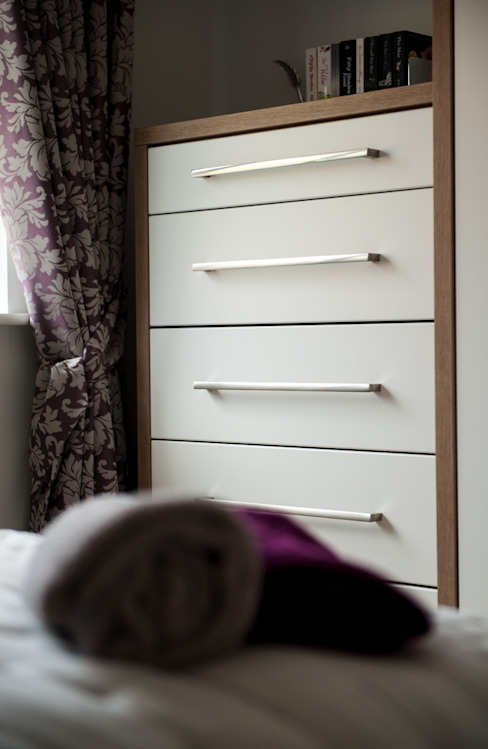 Daval Bedroom Furniture - Bedroom Design Surrey Camera da letto moderna di Raycross Interiors Moderno