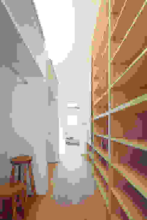 クローゼット: 内田建築デザイン事務所が手掛けたウォークインクローゼットです。,モダン