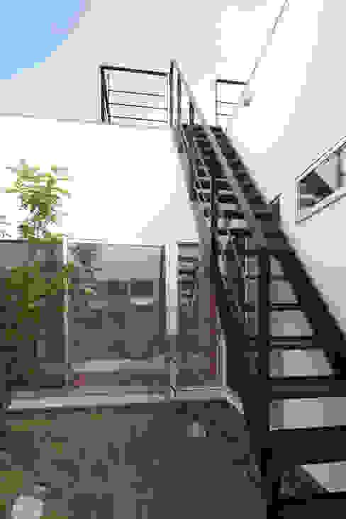 内田建築デザイン事務所 Modern corridor, hallway & stairs